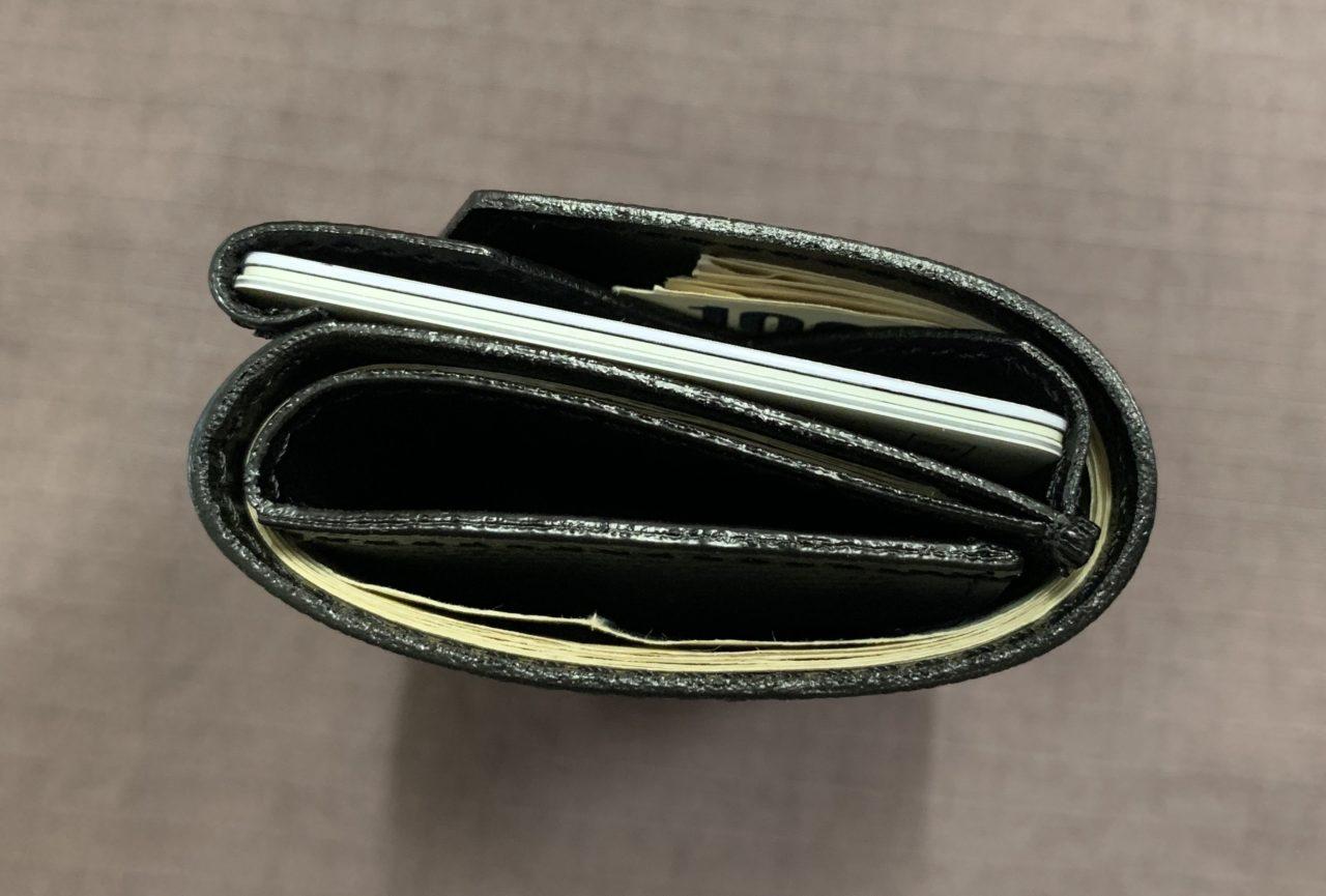 abrAsus 小さい財布 三つ折りがデメリットか…