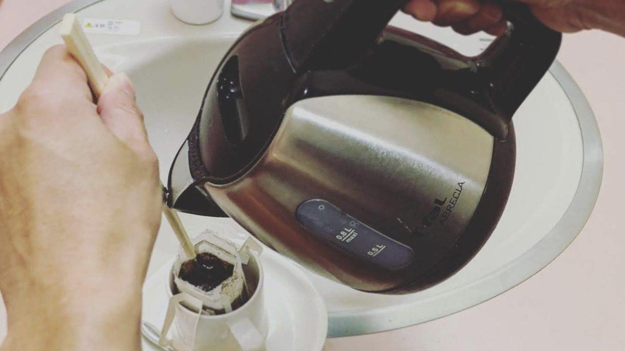 ケトルも不要!箸を使ってコーヒーを淹れる方法
