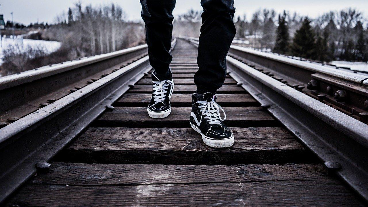 まとめ:人生は常識のレールから外れた方がラクになる
