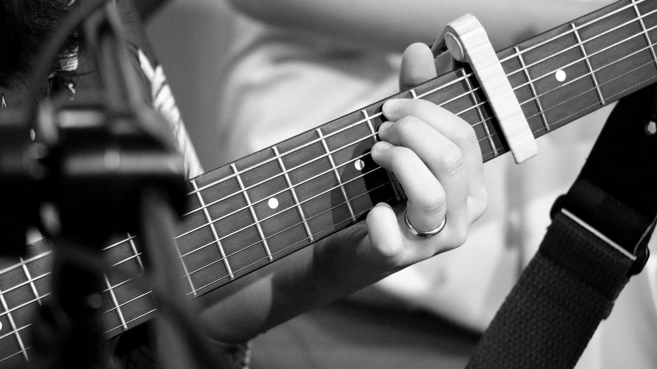 アコースティックギターと一緒に揃えると便利なアイテムについて