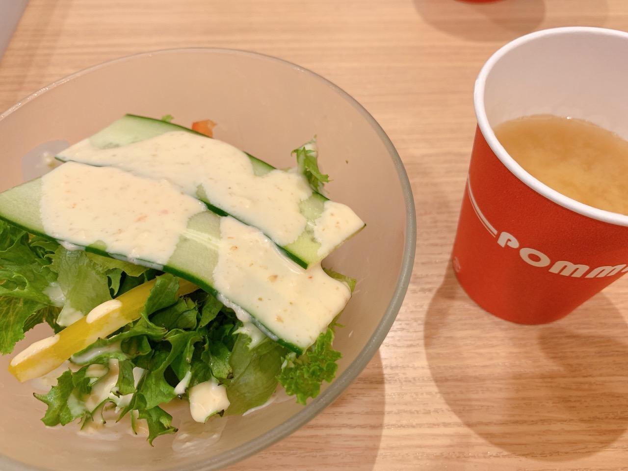 ごまドレッシングのサラダと味噌スープが先に到着