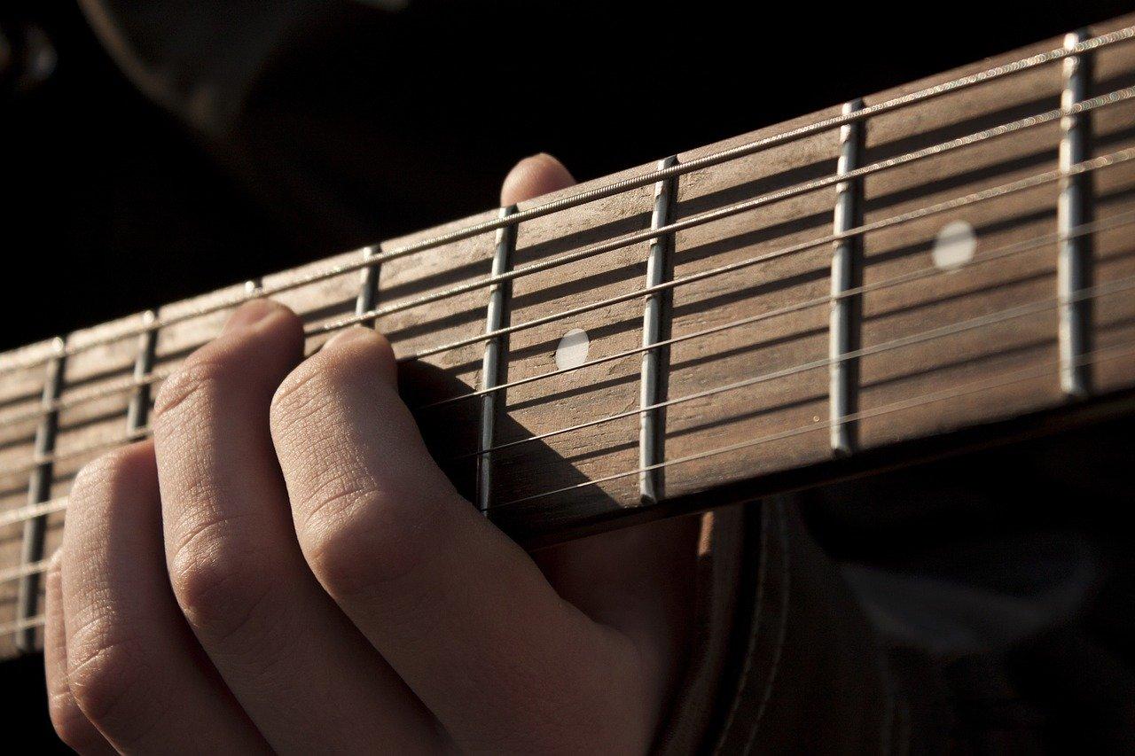 ギターのコードチェンジは「まとめて素早く」を意識する