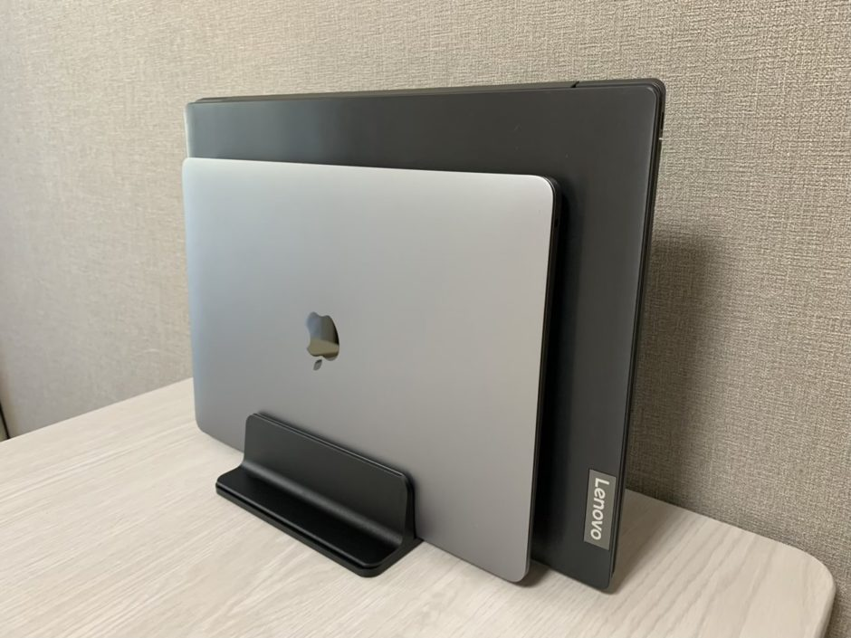 BECROWMの「ノートパソコンスタンド 縦置き2台立て」が調整もしやすく安定感も抜群!使い心地や評価について